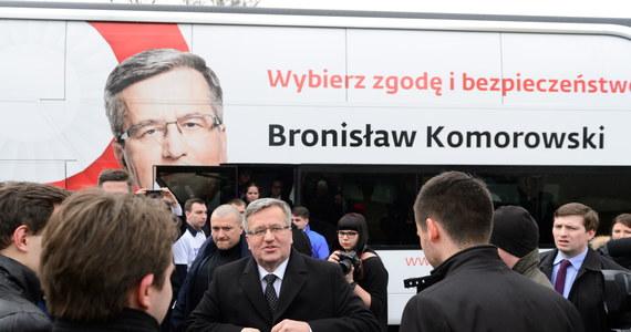 """""""Wybory nie są rzeczą prostą, bo zawsze człowiek jest w obliczu różnych pokus, żeby mówić tylko i wyłącznie i zachowywać się pod publiczkę, pod wybory. Rolą prezydenta, również kandydującego, jest praca. Konsekwentna praca"""" – mówił Bronisław Komorowski podczas wizyty w Wielkopolsce. """"Tak chcę się zachować do końca, dlatego przedstawiłem nie program wyborczy, a program pracy prezydenta"""" - zapewnił."""