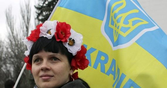 """Władimir Putin oświadczył w filmie """"Krym. Droga do ojczyzny"""", że choć opozycję na Ukrainie formalnie popierały przede wszystkim kraje europejskie, to """"prawdziwymi animatorami przewrotu państwowego"""" w tym kraju w lutym 2014 roku były USA. """"Pomagali w szkoleniu nacjonalistów, oddziałów bojowych"""" – stwierdził rosyjski przywódca. """"Szkolenie odbywało się na zachodzie Ukrainy, w Polsce i częściowo na Litwie"""" – dodał."""