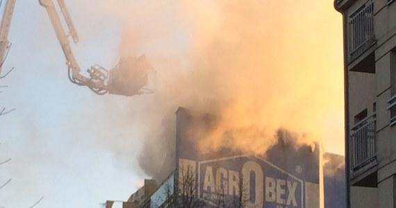 Pożar dachu bloku przy ulicy Roboczej w Poznaniu. W środku nocy po drabinach strażacy ewakuowali ponad 50 osób.