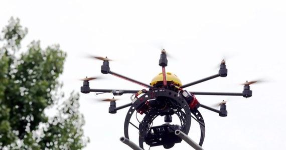 """Latem tego roku mają pojawić się ograniczenia w lataniu dronami - dowiedział się reporter RMF FM. Dla wielu pilotów tych maszyn pojawią się obowiązkowe """"prawa jazdy"""" potrzebne do kierowania tymi maszynami. Ograniczony zostanie także zasięg ich latania. Sprzedawcy dronów będą musieli także rozdawać kupującym instrukcje obsługi."""