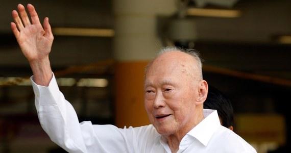 Pierwszy premier Singapuru Lee Kuan Yew, który odegrał kluczową rolę w wynegocjowaniu niepodległości tego kraju od Wielkiej Brytanii, jest w krytycznym stanie w szpitalu. Informację przekazał obecny premier - syn Lee Kuana Yew.