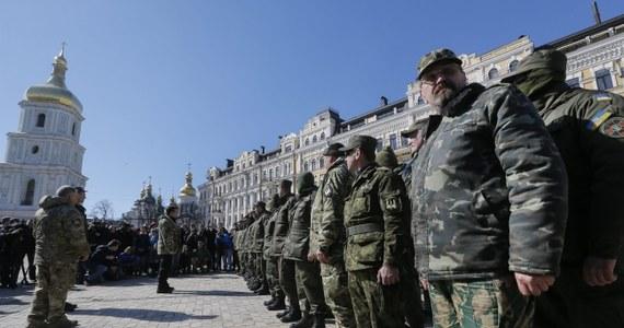 Brytyjscy wojskowi zaczęli szkolić żołnierzy ukraińskich uczestniczących w walkach z separatystami w Donbasie - podał portal BBC News. 35 Brytyjczyków jest w Mikołajewie na południu Ukrainy. Szkolenie dotyczy pomocy lekarskiej i taktyki obronnej. W najbliższym czasie szkolenie ukraińskich żołnierzy rozpoczną Amerykanie.