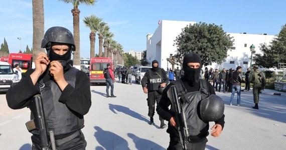 Jeden z dwóch sprawców środowego wczorajszego zamachu terrorystycznego na muzeum Bardo w Tunisie był wcześniej znany tunezyjskiemu wywiadowi – ujawnił premier Tunezji Habib Essid. Tunezyjskie władze znają już tożsamość obu zamachowców. Ich trzech wspólników ujęto, a czwarty jest poszukiwany.