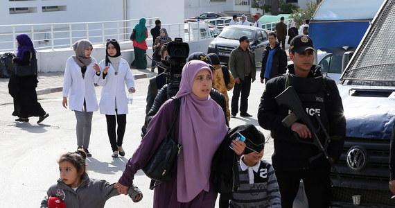 """Dżihadyści z Państwa Islamskiego (IS) przyznali się do zamachu na Muzeum Bardo w Tunisie, w którym zginęły 23 osoby, w tym Polacy. Zapowiedzieli również kolejne ataki. """"Niewierni, poczekajcie na radosną nowinę, która wam zaszkodzi, gdyż to, co widzieliście dzisiaj, jest pierwszą kroplą deszczu"""" - oświadczyli w nagraniu audio, umieszczonym w internecie."""