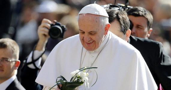 """Papież Franciszek uznał karę śmierci za nie do przyjęcia, a dożywocie za niedopuszczalne i za jej """"ukrytą formę"""". Swoje stanowisko przedstawił w liście przekazanym delegacji Międzynarodowej Komisji Przeciwko Karze Śmierci. Franciszek napisał w nim, że kara śmierci jest niedopuszczalna, """"jakkolwiek ciężka jest zbrodnia popełniona przez skazanego""""."""