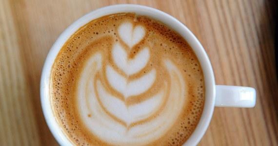 W zeszłym tygodniu pisałem o tym, co zrobić z łyżeczką do kawy. Nawet nie przypuszczałem, że temat wzbudzi tak duże zainteresowanie… Jeden z moich znajomych zachęcił mnie do tego, by nad ogólnie pojętym tematem kawy pochylić się raz jeszcze i tym razem napisać o samym napoju. O tym przede wszystkim, czy w Polsce pijamy go tak, jak robi się to np. w światowej stolicy kawy, czyli we Włoszech. Muszę przyznać, że temat to arcyciekawy!