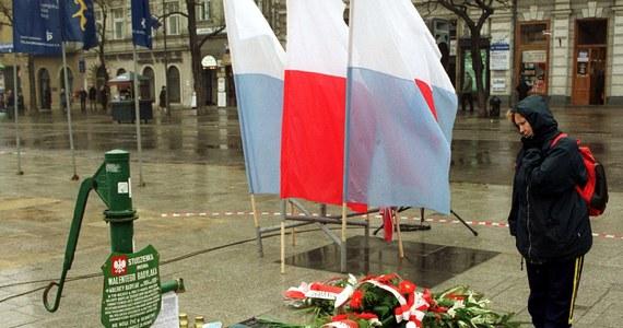 35 lat temu, protestując przeciw zmowie milczenia wokół zbrodni w Katyniu, były żołnierz Armii Krajowej Walenty Badylak dokonał aktu samospalenia na Rynku Głównym w Krakowie. W sobotę przy tablicy upamiętniającej jego śmierć złożone zostaną kwiaty.