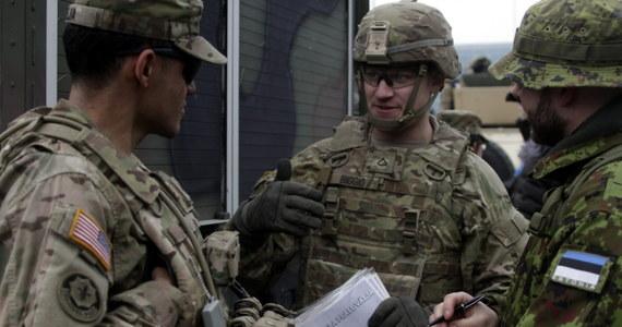 Państwo Islamskie (IS) zamieściło w internecie listę z nazwiskami i adresami ok. 100 wojskowych pracujących dla ministerstwa obrony USA, nawołując do ich zabicia - podała BBC. Sprawę bada Pentagon.