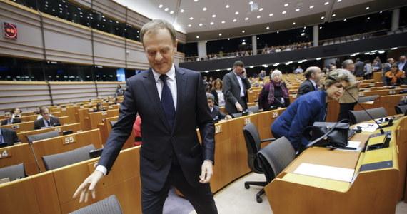 """Ostre słowa krytyki usłyszał Donald Tusk od szefa frakcji europejskich liberałów podczas spotkania w europarlamencie. """"To jest nie do zaakceptowania. To wbrew interesom Unii"""" - mówił Guy Verhovstadt odnosząc się do zorganizowanego przez Polaka na marginesie unijnego szczytu spotkania w sprawie Grecji. Odbyło się ono wyłącznie z udziałem Niemiec i Francji."""