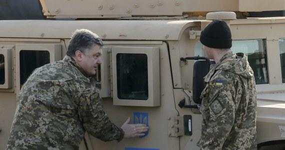 Na Ukrainę dostarczono pierwszą partię amerykańskich samochodów wielozadaniowych Humvee. Wykorzystają je wojska walczące z separatystami na wschodzie kraju. W ceremonii odbioru sprzętu uczestniczył prezydent Petro Poroszenko. Dziesięć pojazdów przyleciało na podkijowskie lotnisko w Boryspolu amerykańskim wojskowym samolotem transportowym.