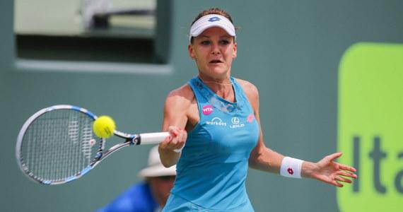 Rozstawiona z numerem siódmym Agnieszka Radwańska pokonała Słowaczkę Annę Schmiedlovą 6:4, 7:5 i awansowała do trzeciej rundy turnieju WTA Premier w Miami. Pula nagród w tym turnieju wynosi 5,381 mln dolarów.