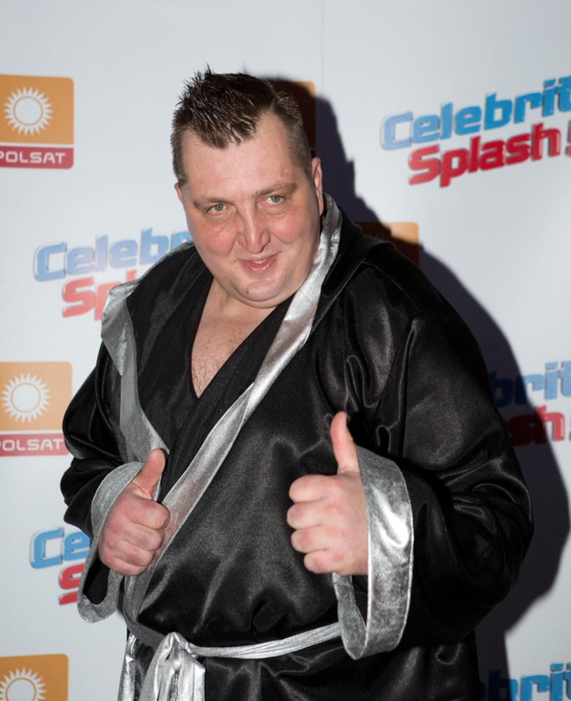 """Znany z programów """"Rolnik szuka żony"""" i """"Celebrity Splash"""" Adam Kraśko wystąpił w kolejnym discopolowym teledysku."""