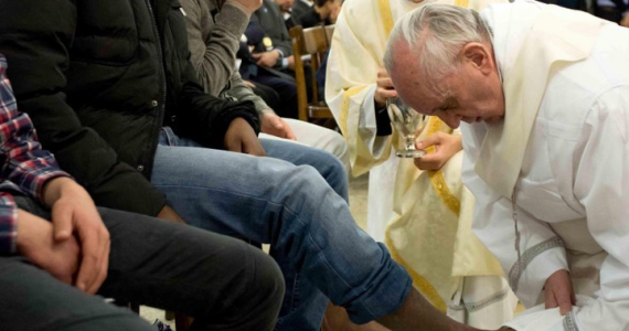 Wielki Czwartek to w kościele katolickim bardzo ważne święto ustanowione na pamiątkę Ostatniej Wieczerzy. Właśnie wtedy Chrystus ustanowił sakramenty Eucharystii i kapłaństwa. Przed południem w kościołach katedralnych odprawia się tzw. Mszę Krzyżma, kiedy święci się oleje wykorzystywane w czasie udzielania sakramentów. Popołudnie Wielkiego Czwartku kojarzy się z kolei z obrzędem obmycia stóp. W Rzymie papież Franciszek obmyje w tym roku stopy więźniów.