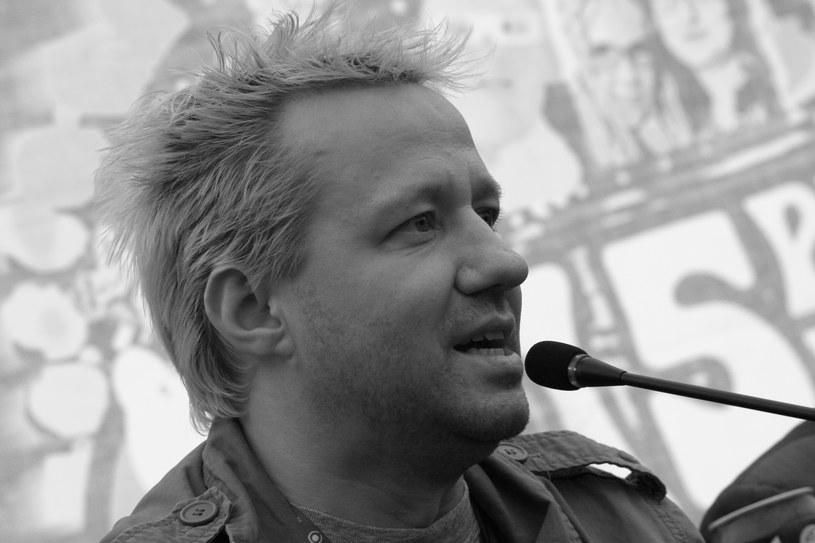 Nie milkną echa nagłej i niespodziewanej śmierci Roberta Leszczyńskiego. Zmarłego w wieku 48 lat znanego dziennikarza muzycznego w mediach społecznościowych wspominają liczni muzycy i osoby związane z tą branżą.