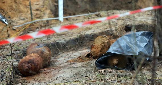 Wojsko zaczęło wywozić butle z czasów I wojny światowej, które odkryto w Forcie Chrzanów w Warszawie. Najprawdopodobniej są to pojemniki do przechowywania gazów bojowych. Jak ustalił reporter RMF FM Mariusz Piekarski, badania nie wykazały, by ziemia i powietrze wokół fortu były skażone.