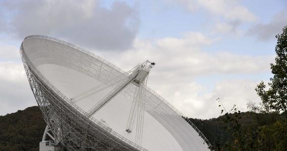 Szybkie błyski radiowe (FRB), jedne z najbardziej tajemniczych sygnałów, docierających do nas z kosmosu, stały się... jeszcze bardziej tajemnicze. Opublikowana właśnie analiza 10 zarejestrowanych dotąd błysków pokazała, że łączy je zadziwiająca matematyczna prawidłowość, której astronomowie nie potrafią na gruncie obecnej naukowej wiedzy wyjaśnić. Natychmiast pojawiły się hipotezy, że błyski mogą pochodzić od obcej cywilizacji, na razie równie prawdopodobne są jednak podejrzenia, że to ślad działalności człowieka.