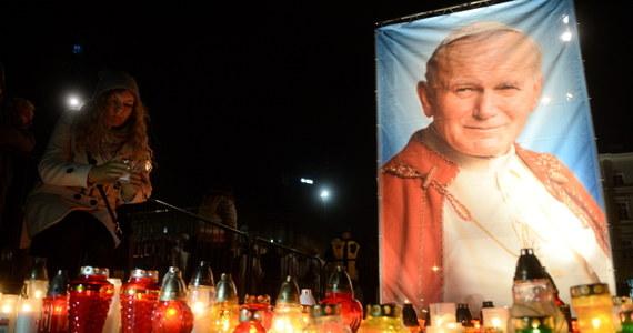 Dokładnie 10 lat temu - 2 kwietnia 2005 roku o 21:37 zmarł papież Jan Paweł II. Jego pontyfikat trwał 26 lat. W 10. rocznicę śmierci papieża Polaka w wielu miejscach Polski odbyły się marsze i czuwania.