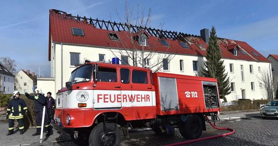Z nieustalonych przyczyn w budynku mieszkalnym przeznaczonym na ośrodek dla uchodźców w miejscowości Troeglitz na wschodzie Niemiec wybuchł pożar. Policja podejrzewa, że chodzi o celowe podpalenie.