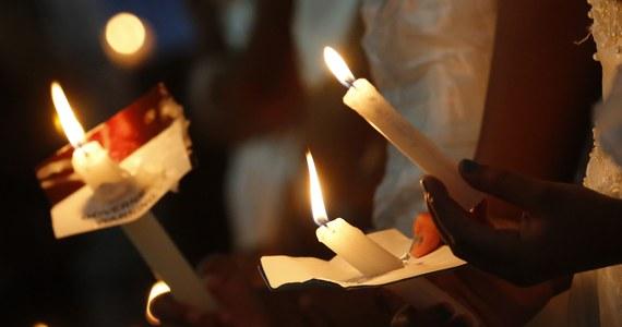 Niedziela Wielkanocna kończy trwający 40 dni post. Właśnie tego dnia o poranku wybucha eksplozja świątecznej radości. Jest to czas świętowania zmartwychwstania Chrystusa. - Przewodnim symbolem Niedzieli Wielkanocnej z pewnością jest paschał. To świeca symbolizująca Chrystusa ukrzyżowanego - mówi w rozmowie z RMF FM dominikanin, ojciec Stanisław Tasiemski.
