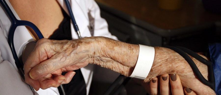 """Blisko 15 proc. Polaków to osoby powyżej 65. roku życia. Polska staje się kraje ludzi starych. W ciągu najbliższych 5 lat – po raz pierwszy w historii ludzkości - liczba osób powyżej 65. roku życia przewyższy liczbę dzieci w wieku poniżej 5. roku życia lat, a do roku 2050 roku liczbę dzieci do 14. roku życia. Zgodnie z definicją Światowej Organizacji Zdrowia granicą starości jest 60. rok życia. """"Niektóre osoby starzeją się szybciej, inne wolniej. Wszystko zależy od tego jak żyjemy i jak dbamy o własne zdrowie, bo genetyka to tylko 20 procent, na resztę mamy wpływ"""" – mówi Krzysztof Czarnobilski, dyr. ds. lecznictwa szpitala MSW w Krakowie - pierwszego w Polsce szpitala wielospecjalistycznego dla osób starszych."""