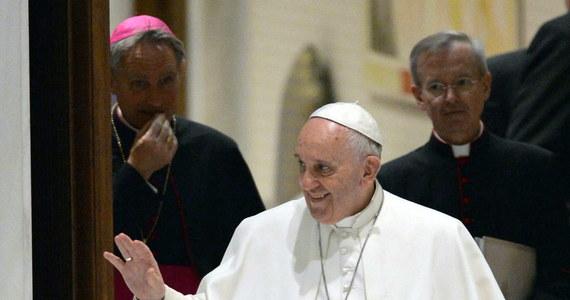 """""""Wielkim wyzwaniem dla naszego świata jest globalizacja solidarności i braterstwa, w miejsce globalizacji dyskryminacji i obojętności"""" – stwierdził papież Franciszek w przesłaniu na Szczyt Ameryk w Panamie. Podkreślił, iż nie wystarczy nadzieja, że dzięki rozwojowi biedni będą karmić się okruszkami ze stołu bogatych."""
