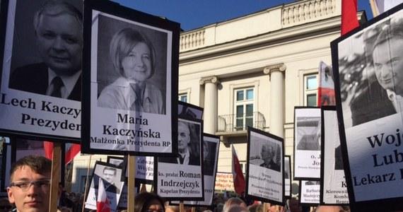 """Poniedziałkowa """"Rzeczpospolita"""" publikuje wyniki najnowszego sondażu dotyczącego tragedii z 10 kwietnia 2010 roku, która rozegrała się w Smoleńsku. Jak wylicza, nadal 30 proc. Polaków nie potrafi wskazać, czy była to katastrofa czy zamach."""