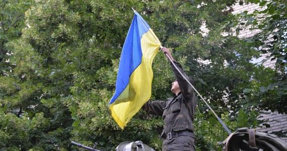 """""""Nie ma cienia wątpliwości, że Rosjanie nadal prowadzą operacje na terytoriach kontrolowanych przez separatystów. Na wschodzie Ukrainy stworzyli bazy, w których szkolą separatystyczne milicje i gdzie ćwiczą one strzelanie z artylerii"""" – powiedział rzecznik Pentagonu pułkownik Steven Warren. Dodał, że Rosjanie """"dysponują strukturami kontroli i dowodzenia, które pozwalają im koordynować operacje militarne""""."""
