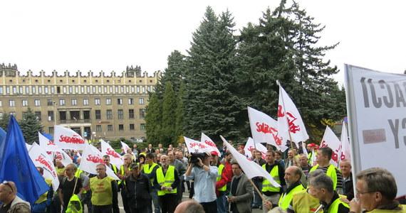 Ponad tysiąc hutników z krakowskiej huty Arcelor Mittal protestowało dziś przed bramą zakładu w obronie miejsc pracy. Hinduski właściciel huty zwleka z remontem wielkiego pieca, który jeszcze tylko przez rok może wytapiać surówkę. Później będzie musiał zostać zamknięty.