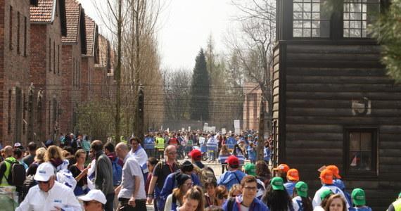 Około 11 tysięcy osób wzięło udział w tegorocznym Marszu Żywych w Oświęcimiu. To jest dwudziesta czwarta edycja. Uczestnicy Marszu pojawili się między innymi na tak zwanej Drodze Śmierci. To trasa prowadząca z byłego niemieckiego obozu Auschwitz I do Auschwitz II-Birkenau. Uczestnicy Marszu oddają hołd 6 milionom ofiar Holokaustu.