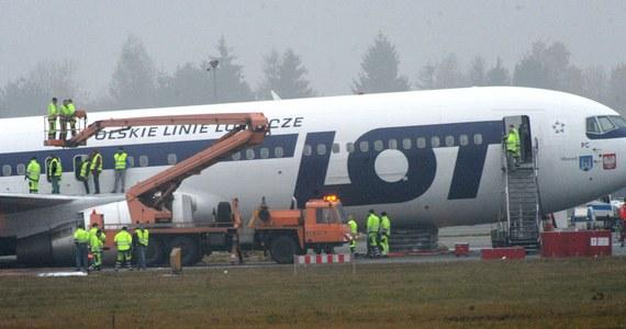 Pasażerowie Boeinga 767, który jesienią 2011 r. awaryjnie lądował na Okęciu, otrzymali rekompensaty finansowe na mocy ugody. Samolot pilotował kpt. Tadeusz Wrona.