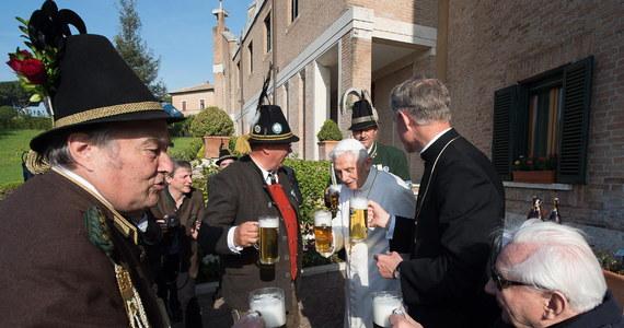 Grupa strzelców alpejskich Gebirgsschuetzen z Bawarii odwiedziła dziś w Ogrodach Watykańskich Benedykta XVI, który obchodził 88. urodziny. Podczas bawarskiego przyjęcia nie zabrakło tradycyjnego trunku z tego regionu Niemiec, czyli piwa w wielkich kuflach.