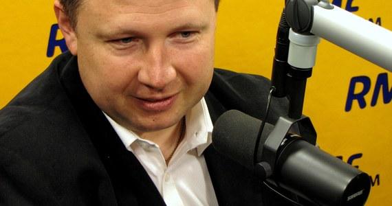 """""""Rolą prezydenta jest, żeby skłaniać do debaty na temat reformy systemu emerytalnego, ale dziś nie mamy żadnych wyliczeń, żeby cokolwiek zmieniać w systemie"""" - mówi w Kontrwywiadzie RMF FM szef gabinetu politycznego Ewy Kopacz Marcin Kierwiński, pytany o zmianę wieku emerytalnego. """"Przez kilka lat ten system musi podziałać. Byłbym bardzo ostrożny, żeby tego typu zmian dokonywać już teraz"""" - dodaje. Prezydent """"obiecał i oszukał"""" według PiS? """"Ustawa o wieku emerytalnym to najpierw była decyzja na poziomie rządowym i parlamentarnym' - odpowiada gość RMF FM. Kierwiński przekonuje, że ustawa o pracy do 67. roku życia to była konieczność. """"Chodzi o to, żeby na samym końcu emerytury były godne"""" - mówi Kierwiński."""