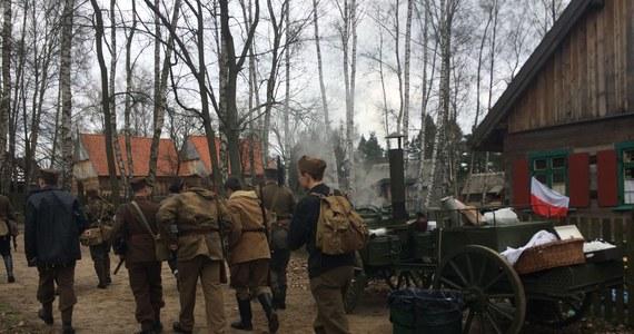 """Kilkudziesięciu rekonstruktorów, pojazdy militarne i wybuchy. Tak wyglądała inscenizacja Akcji """"Burza"""" w skansenie w mazurskim Olsztynku."""