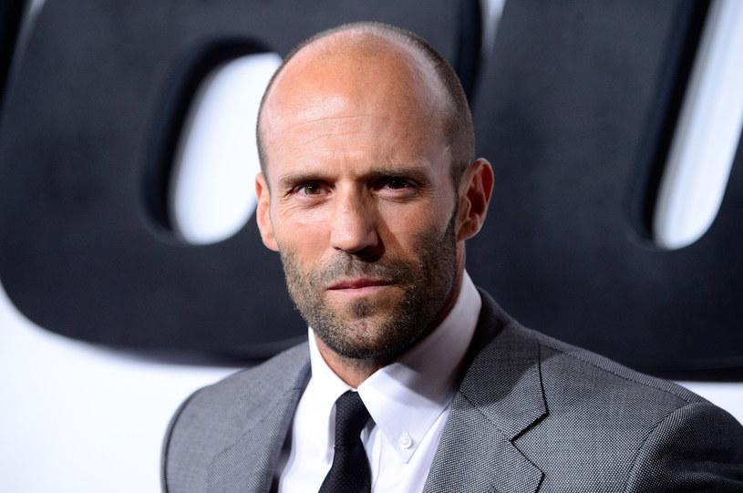 """Jason Statham dzięki filmowi """"Szybcy i Wściekli 7"""" oraz serii """"Niezniszczalni"""" nie narzeka na brak popularności. Aktor i model ma na swoim koncie również interesujący epizod związany z muzyką."""