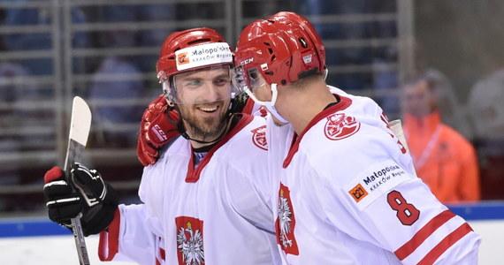 Hokejowa reprezentacja Polski pokonała w Krakowie Ukrainę 3:2 (0:0, 1:0, 2:2) w swoim trzecim występie w mistrzostwach świata Dywizji 1A. Dzięki środowemu zwycięstwu biało-czerwoni awansowali na drugie miejsce w tabeli, które zapewnia awans do Elity. Do zakończenia turnieju zespoły rozegrają jeszcze po dwa mecze.