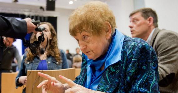 Eva Kor, była więźniarka niemieckiego obozu koncentracyjnego Auschwitz, podała rękę oskarżonemu esesmanowi Oskarowi Groeningowi w czasie jego procesu przed sądem w Lueneburgu. 93-letni były strażnik odpowiada za pomocnictwo w zamordowaniu 300 tys. osób.