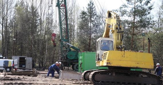 Specjaliści pracujący przy akcji poszukiwawczej dwóch górników zaginionych po wstrząsie w kopalni Wujek uruchomili wiertnicę, którą będą wykonywali otwór prowadzący z powierzchni do niedostępnego rejonu. Poinformował o tym rzecznik Katowickiego Holdingu Węglowego, Wojciech Jaros. Do pokonania jest kilometr ziemi i skał. To bardzo trudne zadanie, bo trzeba trafić w wyznaczony pod ziemią prostokąt o powierzchni około 40 metrów kwadratowych.