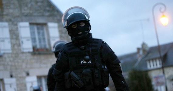 """Premier Francji Manuel Valls poinformował, że francuska policja od styczniowego zamachu w Paryżu na redakcję tygodnika """"Charlie Hebdo"""" i sklep z koszerną żywnością udaremniła pięć ataków, w tym w ostatnich dniach planowany zamach na kościół."""
