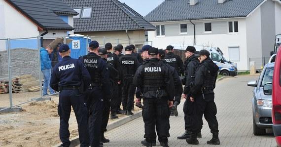 Porywacz małej Mai jest już w areszcie w Szczecinie. Przesłuchał go prokurator, który postawił mu zarzuty uprowadzenia, uwięzienia dziewczynki oraz złamania jej nogi.