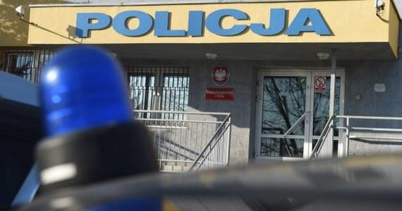 29-letni mężczyzna zmarł po szamotaninie w komendzie policji w Kutnie. Na miejscu pracuje ekipa dochodzeniowo-śledcza, która wyjaśnia okoliczności tej tragedii.