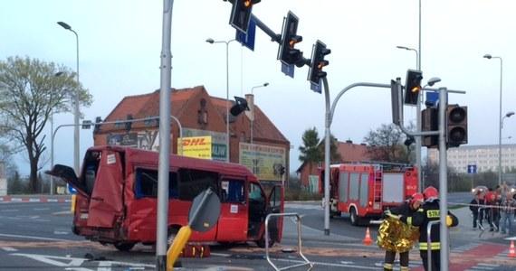 10 osób zostało rannych w wypadku na ul. Wrocławskiej w Wałbrzychu. Zderzyły się tam dwie osobówki i bus.