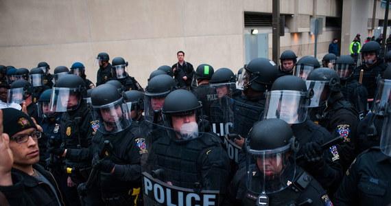 Gwałtowne zamieszki w Baltimore na wschodnim wybrzeżu USA. Doszło do nich podczas demonstracji po śmierci młodego Afroamerykanina, który zmarł tydzień temu po zatrzymaniu przez policję.