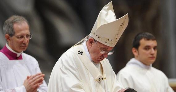 """Papież Franciszek, który wyświęcił 19 nowych księży, zaapelował, aby nigdy nie odmawiali udzielenia chrztu. """"Niech wasze kazania nie będą nudne, a wy nie puszcie się """"jak pawie"""" - mówił podczas mszy w bazylice Świętego Piotra."""