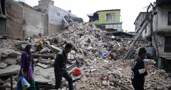W MSZ uruchomiono specjalną infolinię dla bliskich polskich turystów, którzy mogą przebywać w rejonie trzęsienia ziemi w Nepalu. Dotąd nie ma informacji, by wśród ofiar ostatnich trzęsień ziemi w Nepalu byli obywatele polscy. W trzęsieniu – według najnowszych danych – zginęło ok. 2200 osób.