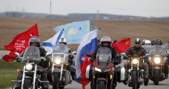 """Motocykliści z rosyjskiego klubu """"Nocne Wilki"""" dojechali do Mińska - podała niezależna gazeta białoruska """"Nasza Niwa"""". Niezależne portale białoruskie poinformowały, że grupa motocyklistów z Rosji przyjechała na Kurhan Sławy pod Mińskiem."""