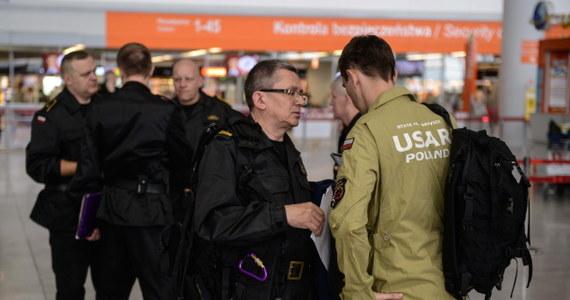 Grupa poszukiwawczo-ratownicza HUSAR, w skład której wchodzi 81 strażaków PSP jest w drodze do Katmandu. Początkowo wylot planowano na godziny przedpołudniowe, jednak  został on przesunięty na godz. 23. Ta sama maszyna - jak ustalił nieoficjalnie reporter RMF FM - ma zabrać w drodze powrotnej Polaków, którzy przebywają w tej chwili w Nepalu. Z Warszawy wcześniej odleciała grupa 6 ratowników Polskiego Centrum Pomocy Międzynarodowej, która ma pomóc poszkodowanym w Nepalu.