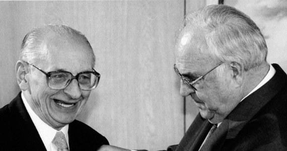 Władysław Bartoszewski zmarł, tak jak żył: w walce o wolność i sprawiedliwość - napisał Helmut Kohl. Były kanclerz Niemiec oświadczył, że jest wstrząśnięty śmiercią Władysława Bartoszewskiego, z którym łączyła go osobista przyjaźń.
