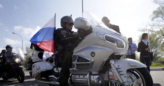 Na przejściu granicznym w Terespolu zbiera się grupa polskich motocyklistów, którzy zamierzają przywitać wjeżdżających do Polski Rosjan. Jak ustalił na miejscu nasz reporter, dwóch rosyjskich motocyklistów o poranku zgłosiło się już do odprawy po stronie białoruskiej. 10 kolejnych czeka na odprawę po stronie białoruskiej.