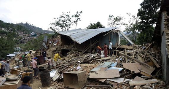 Caritas Polska, Polska Akcja Humanitarna i UNICEF Polska uruchomiły zbiórkę pieniędzy na zakup m.in. wody, żywności i leków po trzęsieniu ziemi w Nepalu. W kataklizmie zginęło ponad 3,2 tysiąca osób, a ponad 6,5 tysiąca zostało rannych. Według szacunków UNICEF, natychmiastowej pomocy potrzebuje w Nepalu co najmniej 940 tysięcy dzieci.