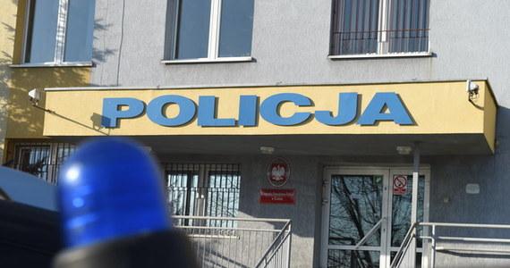 34-letni policjant z Kutna, z którego broni śmiertelnie postrzelono w czasie przesłuchania 29-latka, został podwójnie zawieszony w czynnościach służbowych - dowiedziała się dziennikarka RMF FM Agnieszka Wyderka. Funkcjonariusza zawiesili zarówno prokurator, jak i komendant. Specjaliści, którzy stworzą kompleksową ekspertyzę ws. śmierci 29-latka, sprawdzą teraz m.in., czy na broni znajdują się odciski palców, a jeśli tak - to czyje i w jaki sposób powstały.